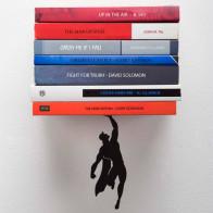 מדף ספרים מרחף גיבור על